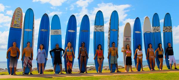 Участники Эй-Феста на Гавайях в 2011 году учатся серфингу
